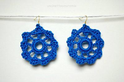 Orecchini uncinetto - ruota della fortuna - in blu