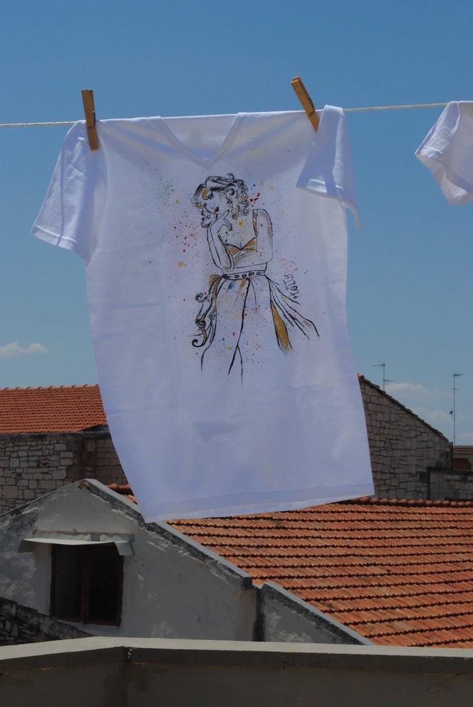 T-shirt schizzi colore con donna elegante