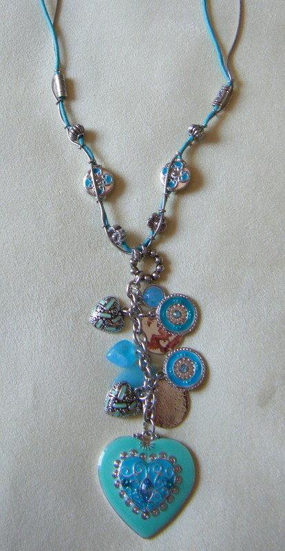 collana con catena e cordino, e pendente con charms