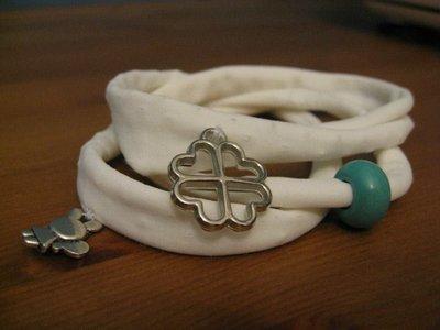 Bracciale / Collana bianca in fettuccia elasticizzata  con charmes