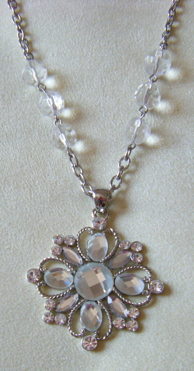 collana con catena colore argento e ciondolo con strass