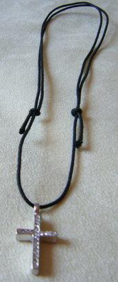 collana con cordino a doppio nodo e ciondolo croce con strass