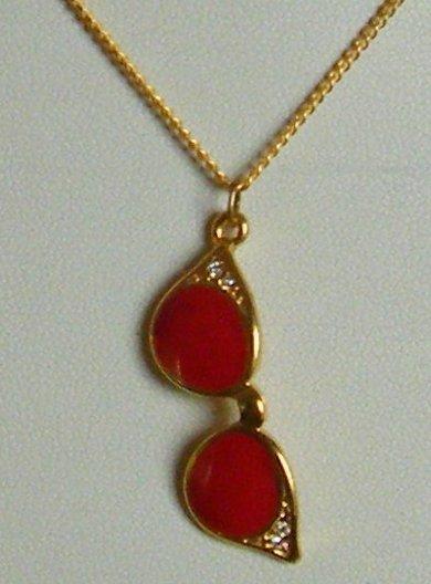 collana con catena in metallo dorato e ciondolo ,occhiali,