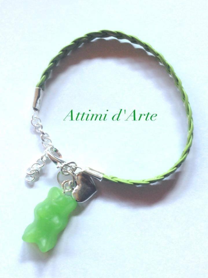 """bracciale con simil pelle intrecciata verde con orsetto """"gommoso"""" handmade"""