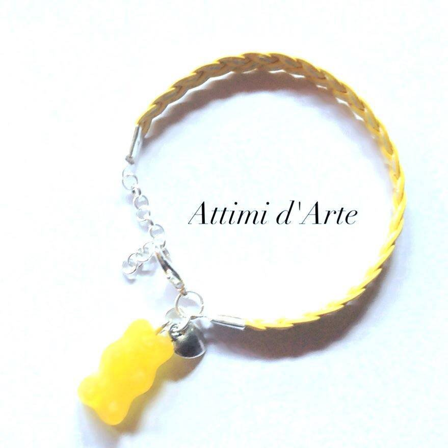 """bracciale con simil pelle intrecciata giallo limone con orsetto """"gommoso"""" handmade"""