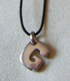 collana con cordino e ciondolo lettera ,,G,,