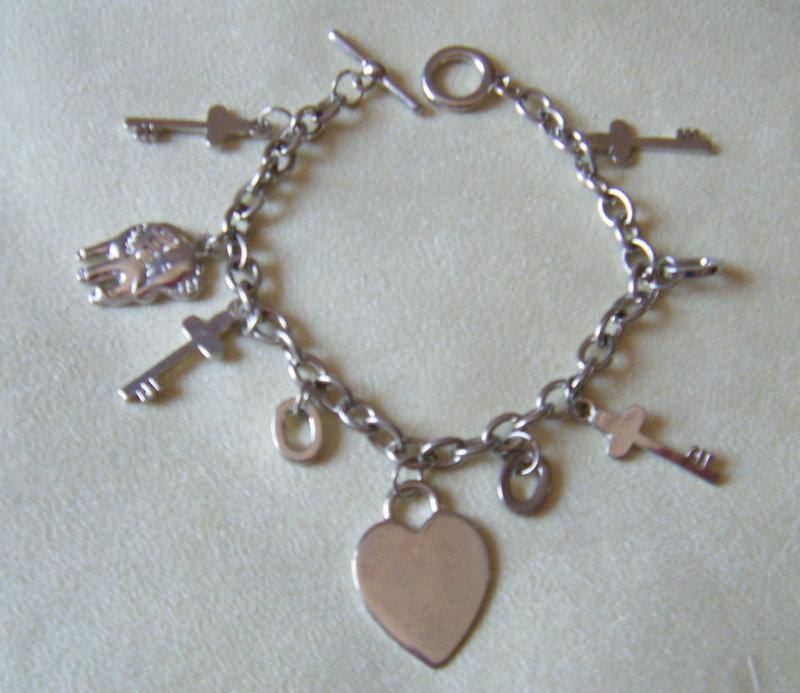 bracciale con catena in metallo colore argento, e charms diversi modelli