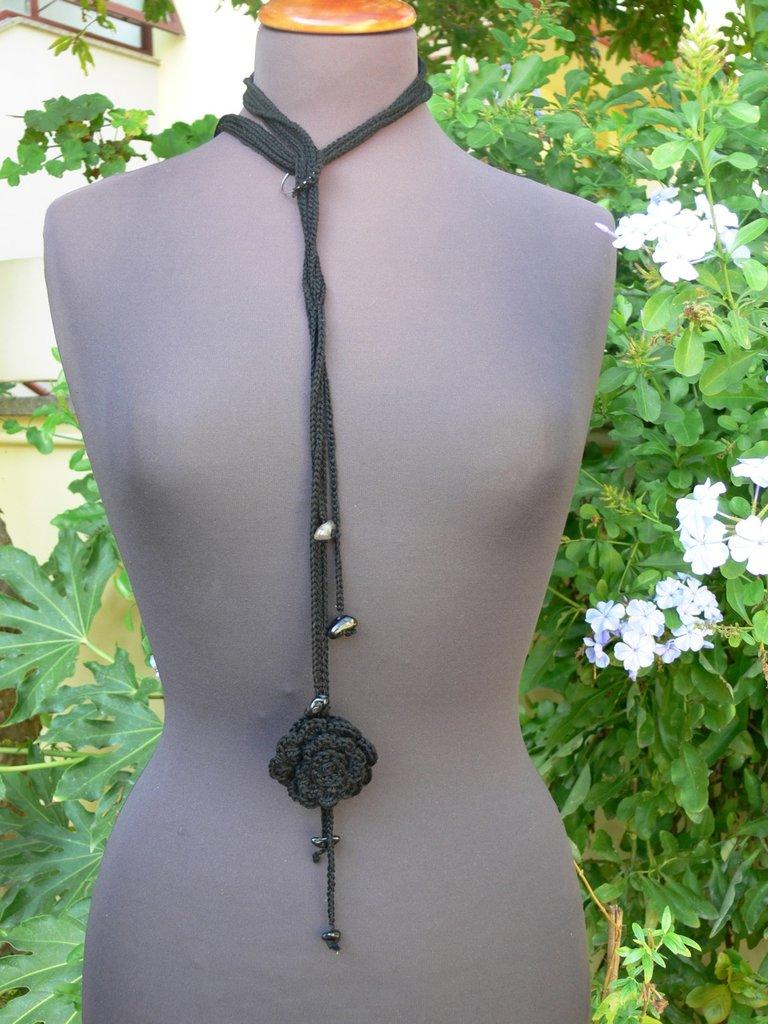 Collana crochet nera con  rosa e pendenti