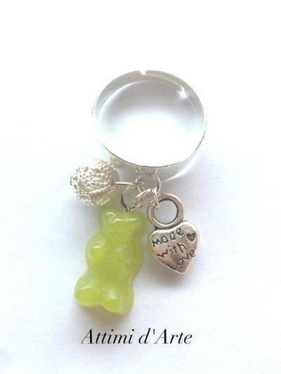 anello  regolabile con mini orsetto gommoso verde e charms