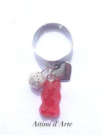 anello  regolabile con mini orsetto gommoso rosso chiaro e charms