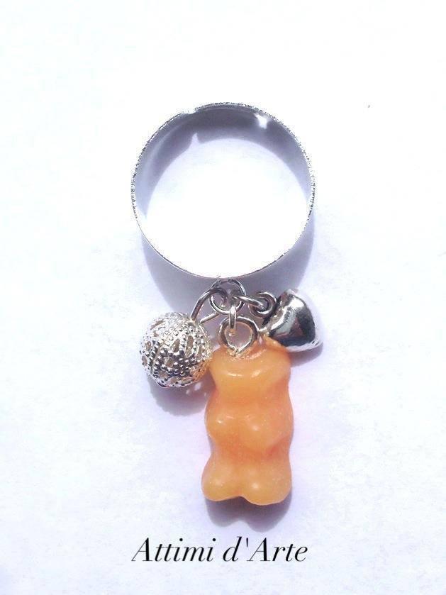 anello  regolabile con mini orsetto gommoso arancione e charms