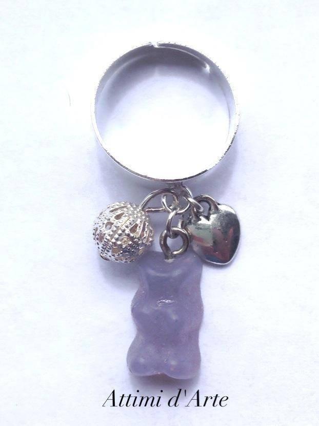 anello  regolabile con mini orsetto gommoso blu trasparente e charms