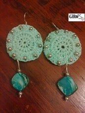 Orecchini in cotone con perline verde acqua e pietre dure