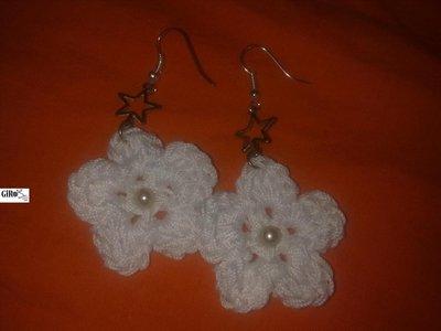 Orecchini in cotone bianco con perline