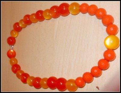 collana con pietre in materiale gommoso plastico arancio splendente