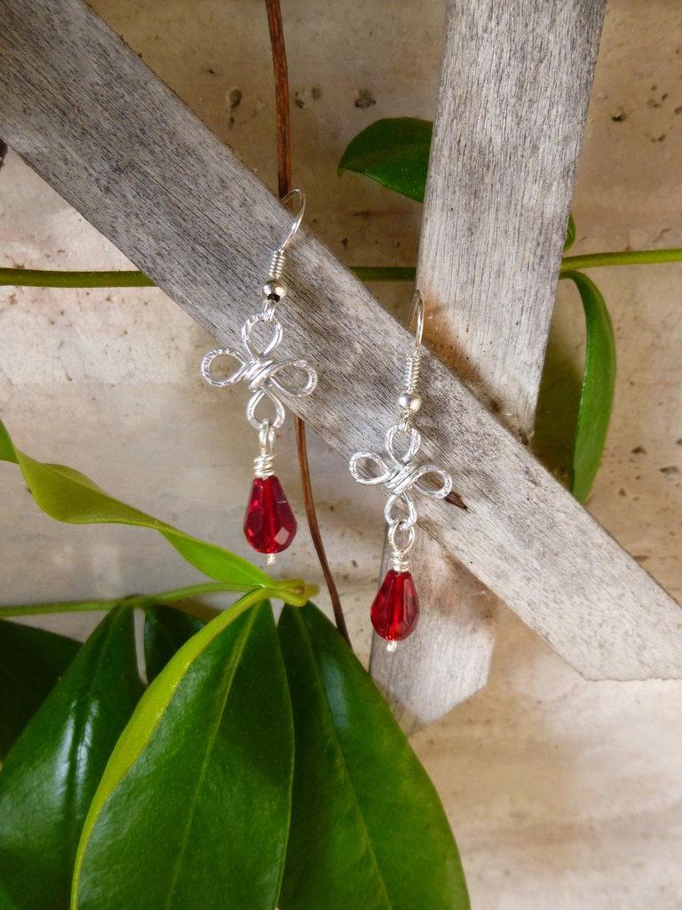 Orecchini wire con perlina rossa