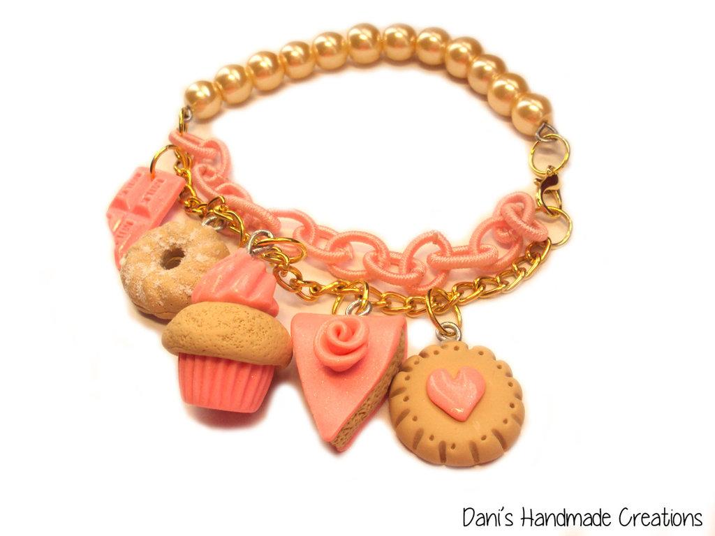 Bracciale con perle color crema, doppia catena - rosa e dorata - biscotti, cupcake, torta e barretta in fimo e cernit rosa corallo