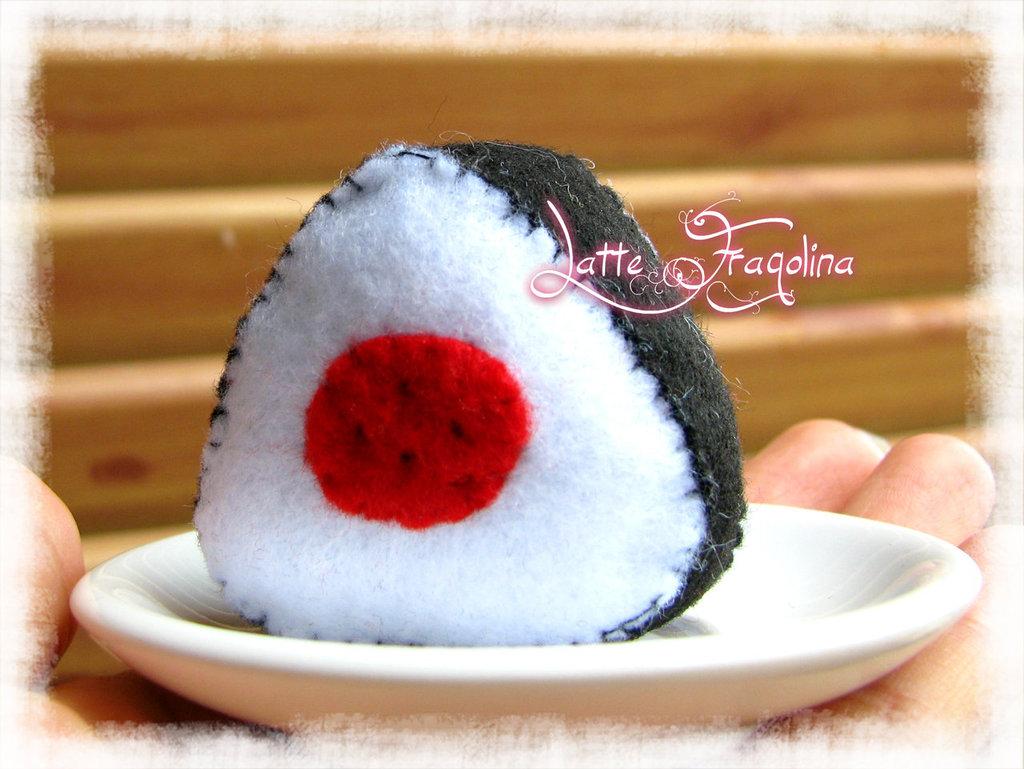 """""""Onigiri"""" giocattolo in feltro realizzato a mano - UMEBOSHI"""
