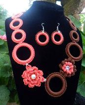 Parure collana ed orecchini con fiori due colori