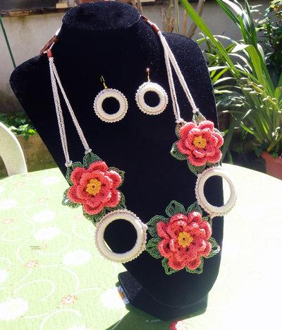 Parure collana ed orecchini con fiori ed anelli a due colori