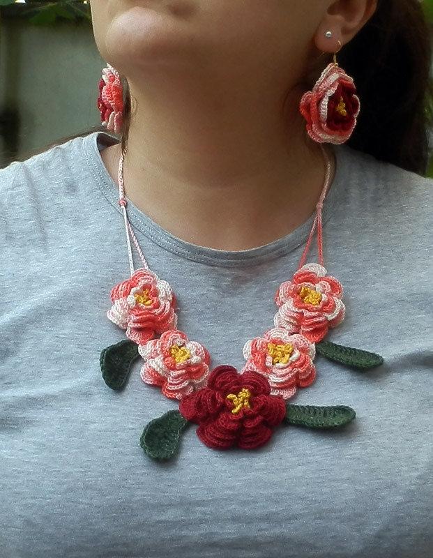Parure uncinetto fiori rosa - rossi e foglie