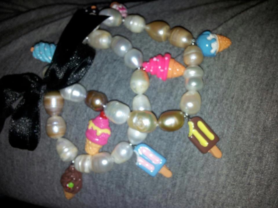 bracciale in perle di fiume e dolci pendenti