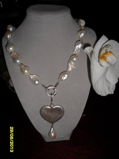 Collana in perle di fiume,pendente con cuore in argento rimovibile, chiusura moschettone in argento e zirconi