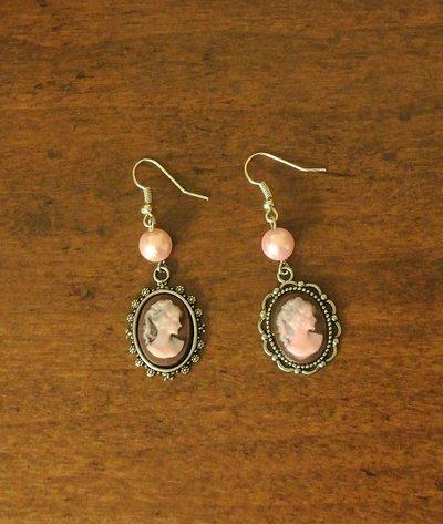 Orecchini pendenti con cammei disuguali e perle di vetro – Elisa.