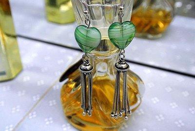 Orecchini pendenti con cuori di vetro e nappine in argento – Cristina
