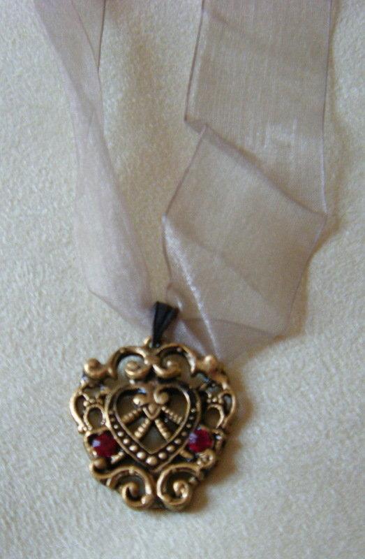 collana collarino organza e ciondolo in metallo e strass