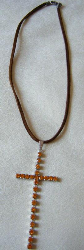 collana con cordino in  cuoio e ciondolo croce con strass