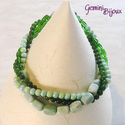 Collana girocollo verde a tre file con pietre dure