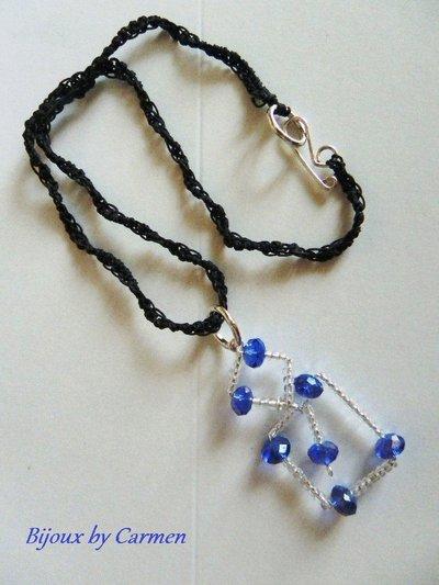 ciondolo stilizzato blue e bianco