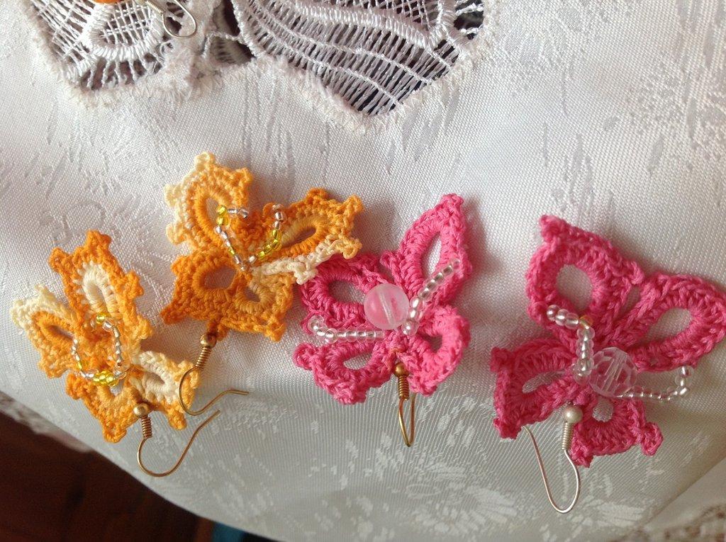 Splendidi orecchini a farfallina con perline