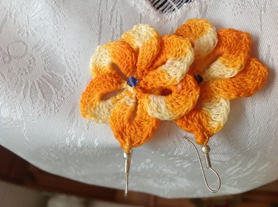 Orecchini a fiore giallo con perline.
