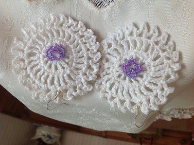 Orecchini bianchi con perline viola.