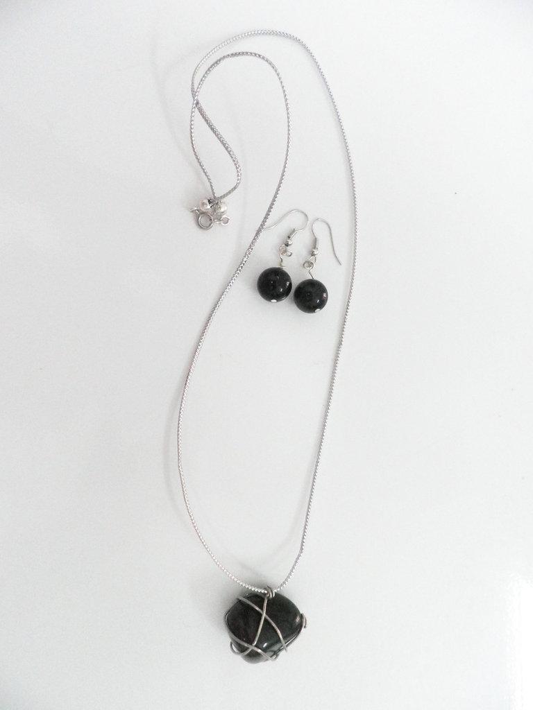 Orecchini pendenti in argento impreziositi da pietra onice e ciondolo in coordinato