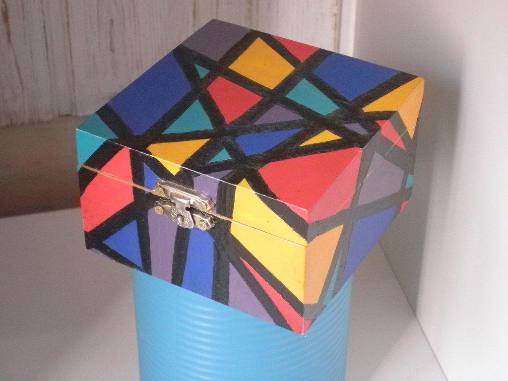 Scatolina colorata porta gioie in legno decorata con disegno astratto
