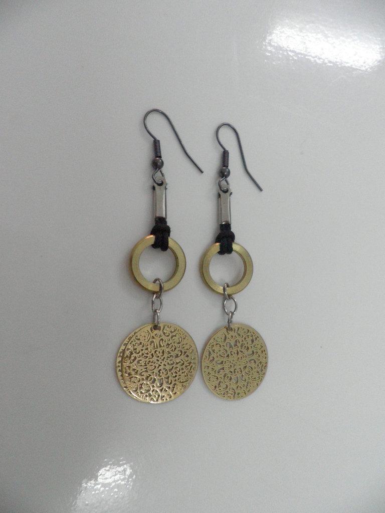 Orecchini pendenti impreziositi da cerchietti color bronzo e medagliette decorate e traforate