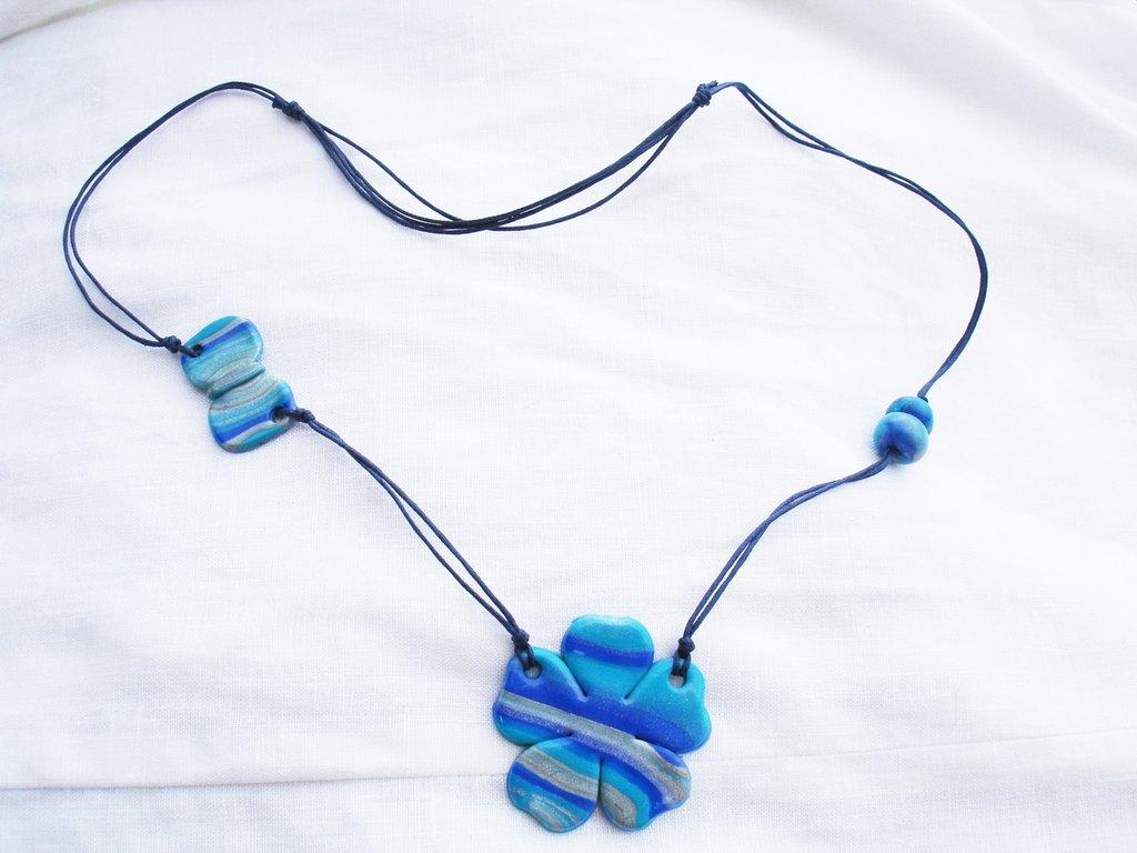 collana fiore nei toni dell azzurro in fimo handmade