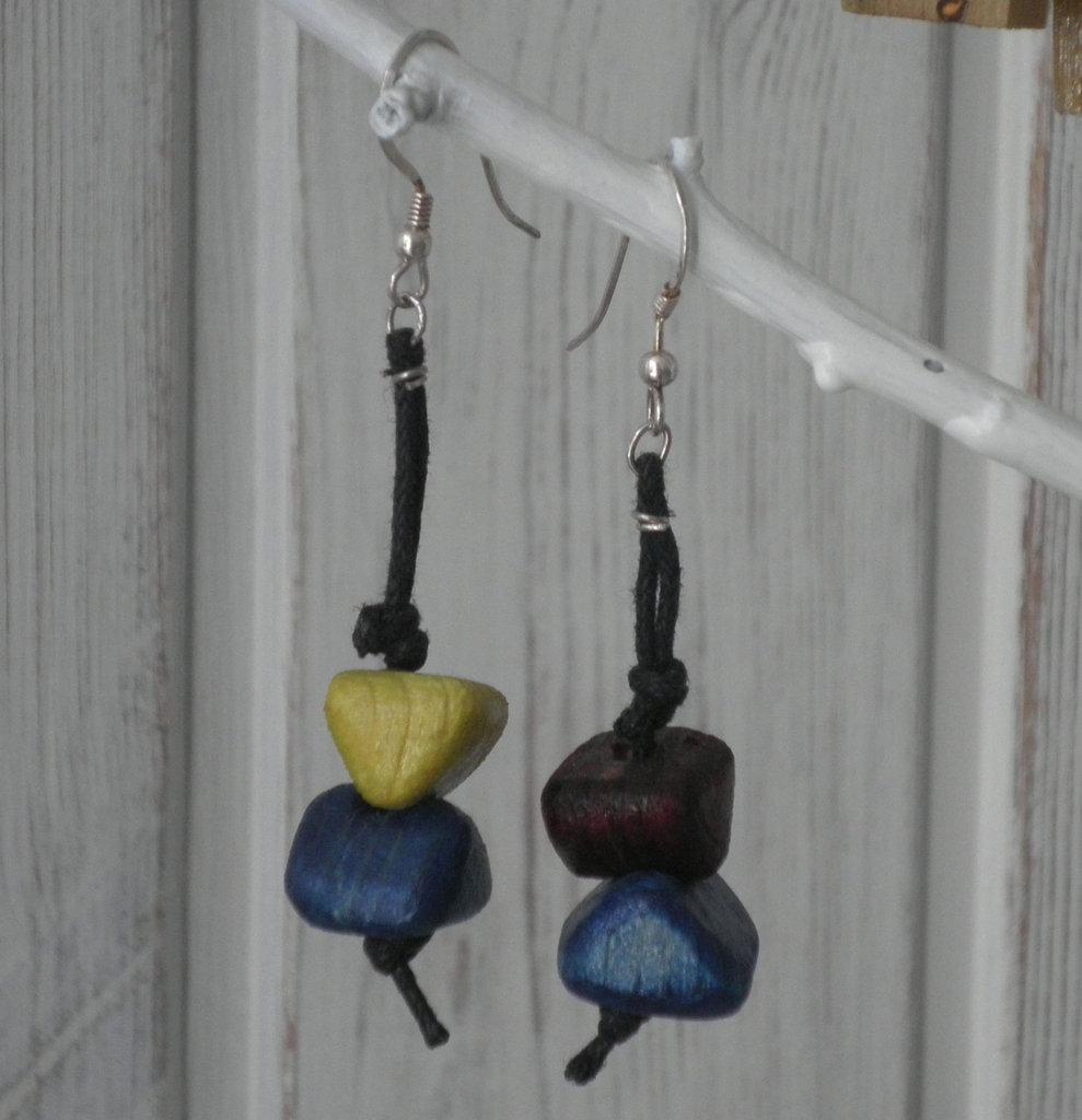 Orecchini pendenti etnici con elementi in legno