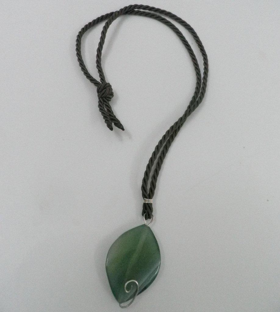 Ciondolo impreziosito dall' agata verde e dall' argento