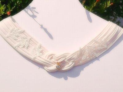 Collana avorio con pizzo, organza, pendente e applicazione di strass