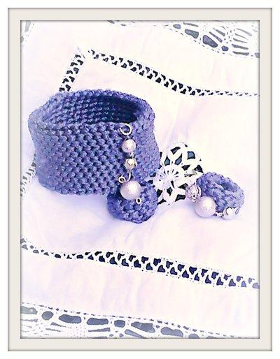 Bracciale alto e anello lavorati all'uncinetto con perle color argento