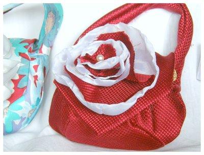 Mini clutch di seta rossa con tracolla da polso