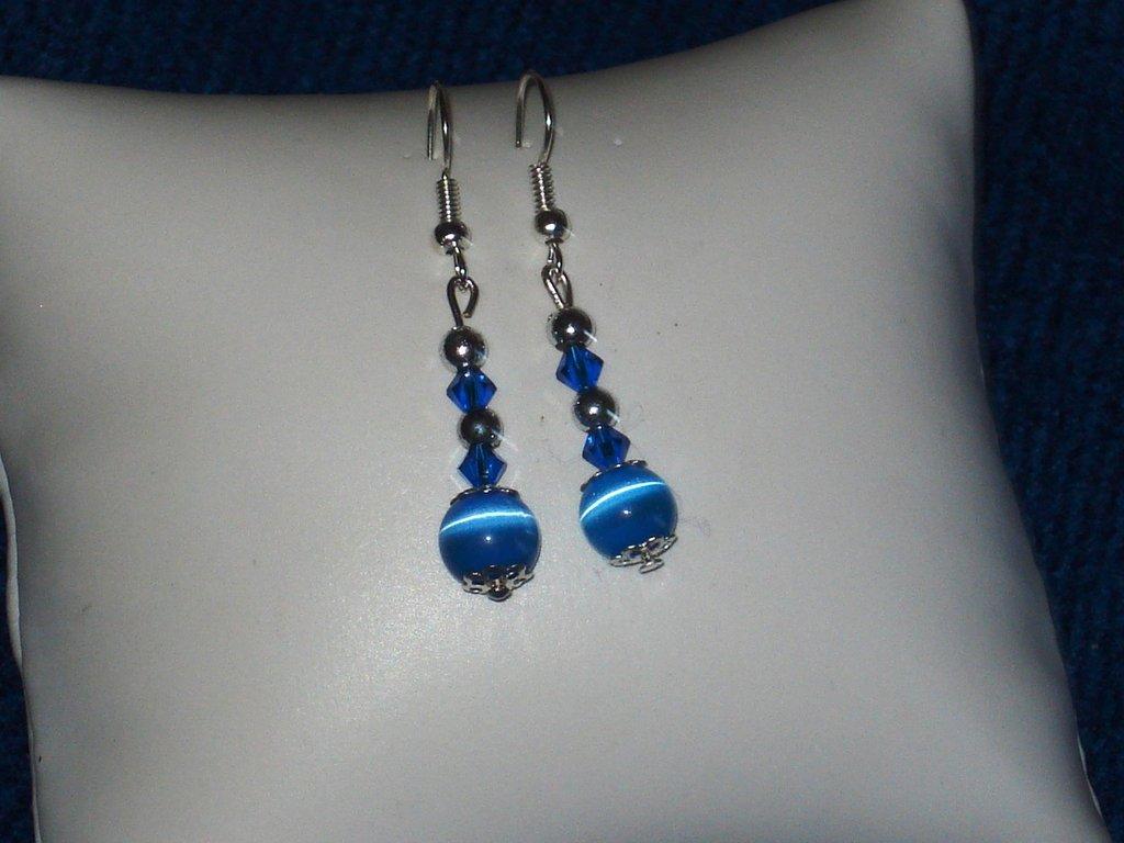 Orecchini con perle occhio di gatto azzurre e swarovski capri blu
