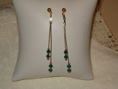 Orecchini in filo cobra dorato a doppio filo  con swarovski emerald