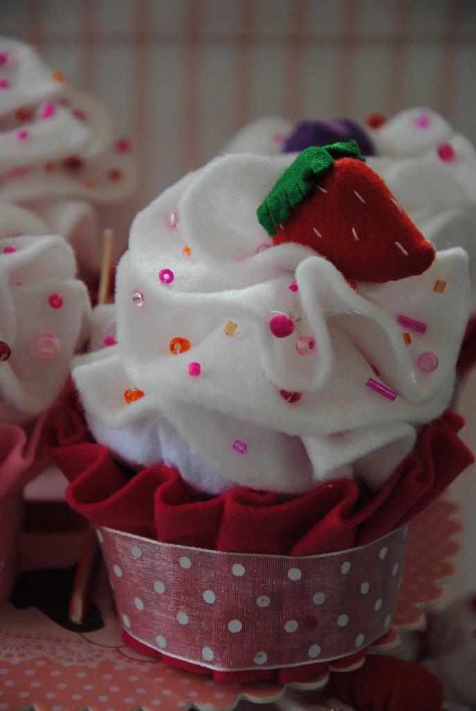 Bomboniera / porta confetti  Cupcake fatta a mano...nascita, battesimo, matrimonio, comunione , idea regalo