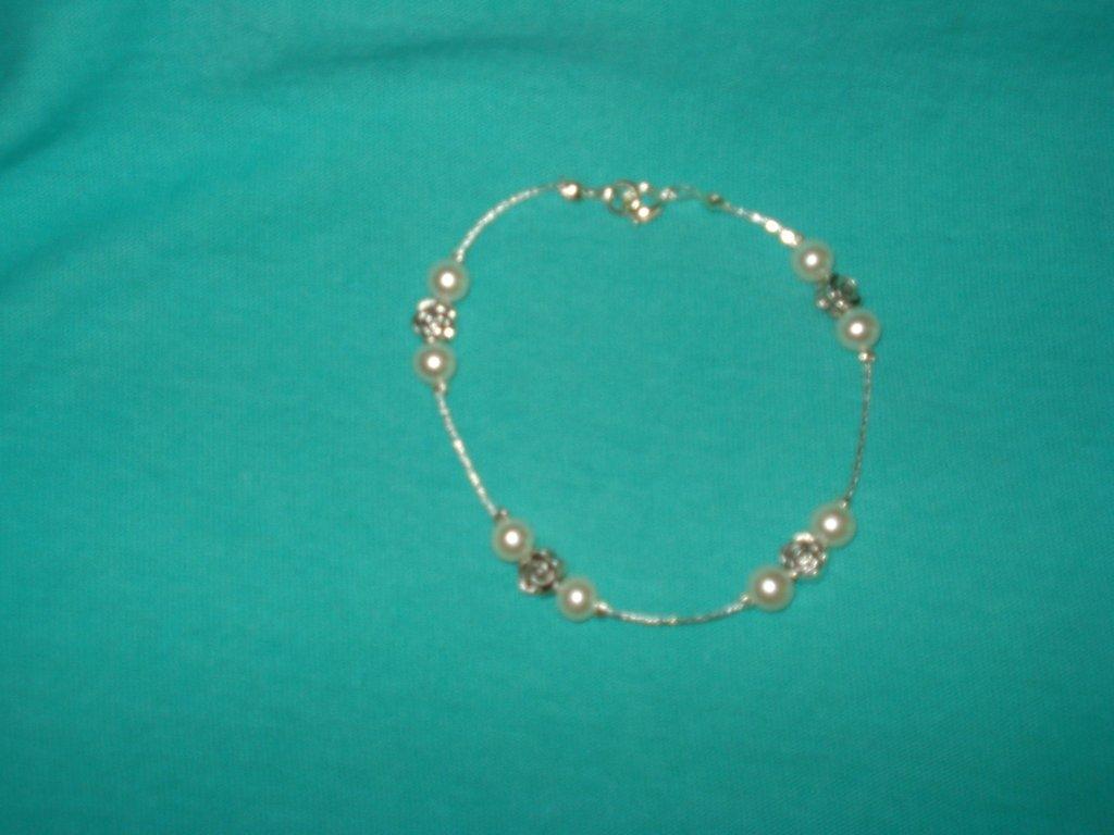 Bracciale in filo cobra con perline bianche