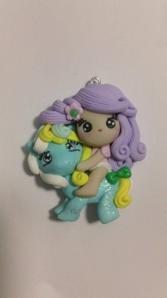 Ciondolo bambolina su pony